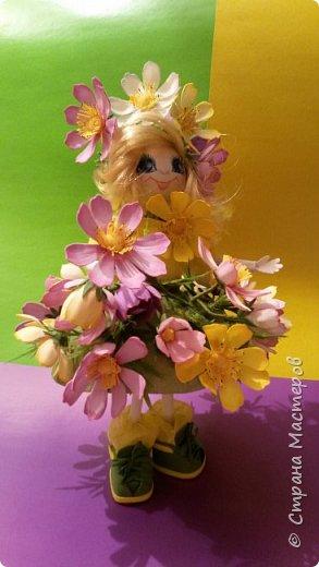 Вот такая появилась куколка. Она вся в цветочках космеи...очень нравятся они мне. У них надёжная зелень, особенно у махровой космеи, которая держит нежные цветы  и даёт им возможность наслаждаться простором. Беззаботно качаются они на ветру, радуя прохожих на улицах города. фото 1