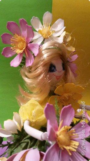 Вот такая появилась куколка. Она вся в цветочках космеи...очень нравятся они мне. У них надёжная зелень, особенно у махровой космеи, которая держит нежные цветы  и даёт им возможность наслаждаться простором. Беззаботно качаются они на ветру, радуя прохожих на улицах города. фото 10