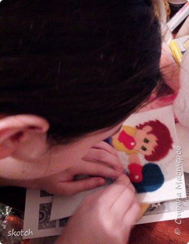 """Всем доброго дня! Сегодня я представляю работу своей дочери Киры, которая недавно увлеклась валянием из шерсти. Валяет пока небольшие игрушки. Картинку валяла в первый раз. Я предложила нарисовать шерстью, но она сказала, что привалять к фетру будет интереснее попробовать )) Выбрала она тему работы в конкурсе """"Спорт, отдых, увлечения"""". Просмотрели с ней все работы в этой категории и обнаружили, что не хватает мальчика боксера. Девочки конечно тоже занимаются этим видом спорта, но после некоторого раздумья, Кира решила, что это будет - мальчик ))  фото 5"""