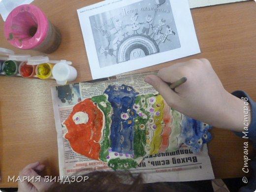 """Добрый день СМ. """"Кусочек океана""""- групповая работа детей МУ КЦСОН """"ЛАДА"""" ОСПСиД . В Мировом океане обитает    несколько тысячи видов животных, растений и водорослей. Многие из них уже на грани исчезновение, а некоторые уже внесены в Красную Книгу. 2017 год для России объявлен годом экологии.  О загрязнении   Есть в природе равновесие,  Нарушать его нельзя.  В жизни это очень важно  Для тебя и для меня.  Что бы было равновесие  Надо с вами, нам, друзья  Не выбрасывать отходы  И не загрязнять моря.  Меньше ездить на машинах  И пускать из фабрик дым,  Чтоб не летали в атмосфере  И не делали там дыр.  Меньше фантиков, бумажек  Ты на улицу бросай!  Тренируй в себе, ты, ловкость:  Точно в урну попадай.  А когда захочешь кинуть  Ты бумажку не в корзину,  Ты подумай о природе-  Нам ещё здесь жить как вроде! Сушу и океан связывают озера, реки, впадающие в моря и несущие различные загрязнители. Это и промышленные отходы, и химикаты, и организмы разные, и предметы и т.д. Попадающие в воду, потом в Мировой океан всякие  вещества могут оказаться вредными не только для всех организмов в воде.  Бесконечный ведут диалог Мать – Природа и сын – Человек. Силой меряются каждый век, Кто мудрее и кто в мире Бог? Мать – природа щедра и добра И не счесть всех подарков вовек. Чем отплатишь ты ей, Человек, Кроме боли, насилья и зла? Тихо стонет от раны Земля. Только глух Человек к красоте. Топчет грубо леса и поля, Власть свою насаждает везде. Сын всегда был ребенком крутым, Мир прекрасный не смог сохранить. Не хотел он природе служить На подарки был вечно скупым. Сотни горных вершин покорил, Реки смог повернуть снова вспять. К звездам тропку сумел протоптать, И в пустынях леса насадил. Ты прости нас, родная Земля. За слепую жестокость к тебе Мы услышим, поможем беде, Возродим для потомков тебя!  (Стихи заимствованы с сайта  """"Природное наследие"""" Альберт Швейцер) фото 16"""