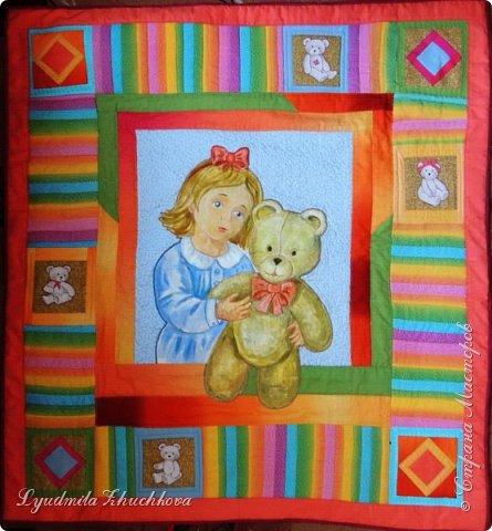 """Для участия в конкурсе решила выбрать номинацию  """"Куклы(игрушки) народов мира"""" и сшить лоскутное панно. Сюжет-девочка с игрушечным медвежонком. Наверно, есть исследования, у какого количества детей мишка является любимой игрушкой в детстве.Но и без  подсчётов и опросов понятно, что на протяжении многих лет игрушка - мишка любима многими - многими детьми. Я - не исключение из общего числа, и у меня в детстве был любимый медвежонок, скорее медведь, большой, желтовато-охристый, при переворачивании и  наклоне он ревел. Остались детские фото, где мы с братом запечатлены с этим игрушечным медведем. Вот память об этой игрушке детства  и стала основой для моей работы на конкурс.  фото 1"""