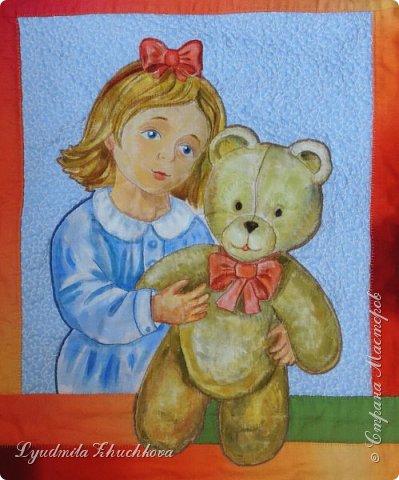 """Для участия в конкурсе решила выбрать номинацию  """"Куклы(игрушки) народов мира"""" и сшить лоскутное панно. Сюжет-девочка с игрушечным медвежонком. Наверно, есть исследования, у какого количества детей мишка является любимой игрушкой в детстве.Но и без  подсчётов и опросов понятно, что на протяжении многих лет игрушка - мишка любима многими - многими детьми. Я - не исключение из общего числа, и у меня в детстве был любимый медвежонок, скорее медведь, большой, желтовато-охристый, при переворачивании и  наклоне он ревел. Остались детские фото, где мы с братом запечатлены с этим игрушечным медведем. Вот память об этой игрушке детства  и стала основой для моей работы на конкурс.  фото 2"""