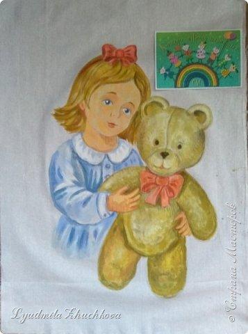 """Для участия в конкурсе решила выбрать номинацию  """"Куклы(игрушки) народов мира"""" и сшить лоскутное панно. Сюжет-девочка с игрушечным медвежонком. Наверно, есть исследования, у какого количества детей мишка является любимой игрушкой в детстве.Но и без  подсчётов и опросов понятно, что на протяжении многих лет игрушка - мишка любима многими - многими детьми. Я - не исключение из общего числа, и у меня в детстве был любимый медвежонок, скорее медведь, большой, желтовато-охристый, при переворачивании и  наклоне он ревел. Остались детские фото, где мы с братом запечатлены с этим игрушечным медведем. Вот память об этой игрушке детства  и стала основой для моей работы на конкурс.  фото 4"""