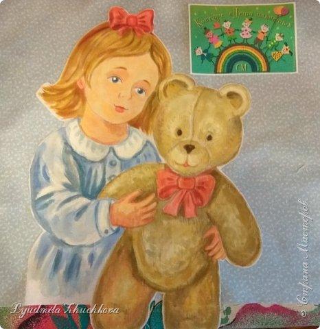 """Для участия в конкурсе решила выбрать номинацию  """"Куклы(игрушки) народов мира"""" и сшить лоскутное панно. Сюжет-девочка с игрушечным медвежонком. Наверно, есть исследования, у какого количества детей мишка является любимой игрушкой в детстве.Но и без  подсчётов и опросов понятно, что на протяжении многих лет игрушка - мишка любима многими - многими детьми. Я - не исключение из общего числа, и у меня в детстве был любимый медвежонок, скорее медведь, большой, желтовато-охристый, при переворачивании и  наклоне он ревел. Остались детские фото, где мы с братом запечатлены с этим игрушечным медведем. Вот память об этой игрушке детства  и стала основой для моей работы на конкурс.  фото 6"""