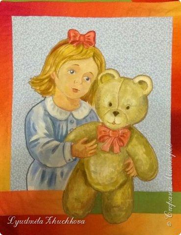 """Для участия в конкурсе решила выбрать номинацию  """"Куклы(игрушки) народов мира"""" и сшить лоскутное панно. Сюжет-девочка с игрушечным медвежонком. Наверно, есть исследования, у какого количества детей мишка является любимой игрушкой в детстве.Но и без  подсчётов и опросов понятно, что на протяжении многих лет игрушка - мишка любима многими - многими детьми. Я - не исключение из общего числа, и у меня в детстве был любимый медвежонок, скорее медведь, большой, желтовато-охристый, при переворачивании и  наклоне он ревел. Остались детские фото, где мы с братом запечатлены с этим игрушечным медведем. Вот память об этой игрушке детства  и стала основой для моей работы на конкурс.  фото 10"""