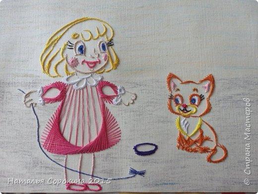 """Еще одна работа в технике изонить. И вот наша история: """" Нам подарили маленького котенка. Назвали мы его Рыжик. Он очень веселый, любит играть. А еще он очень любит молочко. После еды он долго умывается - чистюля. Часто я играю с ним, привязываю на нитку шуршащий фантик и Рыжик может долго скакать за ним по комнате. """"   фото 1"""