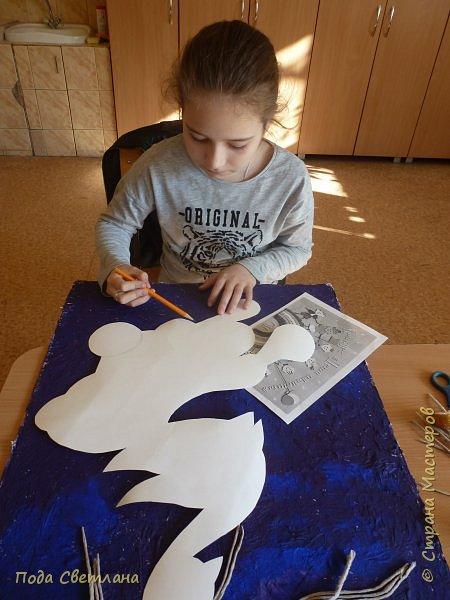 """""""Жар-птица в волшебном саду""""-творческий проект с использованием бросового материала.Одна из любимых сказок Алексея Толстого  про  жар птицу. Сколько изданий и сколько образов создают художники сказочной птицы....Наша птица горит, как жар так переливаются фантики из которых она сделана... И каким цветом должна быть волшебная птица??? Посмотрите, как горят все цвета радуги...Может наша жар птица ещё и Радуга...если внимательно присмотреться к её крыльям...взмахнёт и ...полетит раскрашивать , украшать мир сказки и фантазии...  фото 5"""