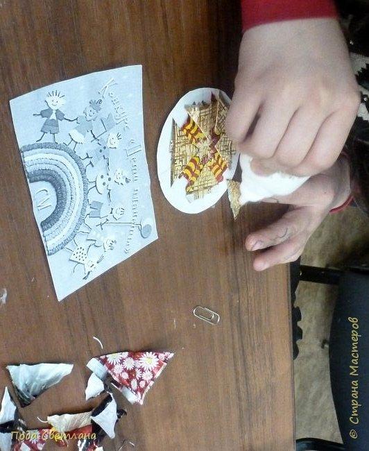 """""""Жар-птица в волшебном саду""""-творческий проект с использованием бросового материала.Одна из любимых сказок Алексея Толстого  про  жар птицу. Сколько изданий и сколько образов создают художники сказочной птицы....Наша птица горит, как жар так переливаются фантики из которых она сделана... И каким цветом должна быть волшебная птица??? Посмотрите, как горят все цвета радуги...Может наша жар птица ещё и Радуга...если внимательно присмотреться к её крыльям...взмахнёт и ...полетит раскрашивать , украшать мир сказки и фантазии...  фото 12"""