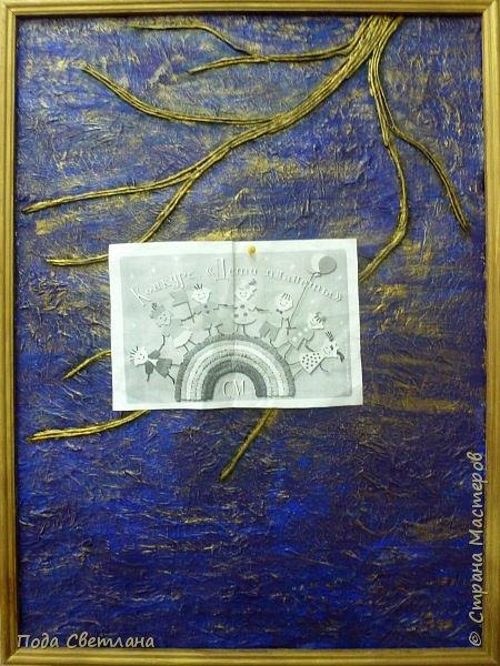 """""""Жар-птица в волшебном саду""""-творческий проект с использованием бросового материала.Одна из любимых сказок Алексея Толстого  про  жар птицу. Сколько изданий и сколько образов создают художники сказочной птицы....Наша птица горит, как жар так переливаются фантики из которых она сделана... И каким цветом должна быть волшебная птица??? Посмотрите, как горят все цвета радуги...Может наша жар птица ещё и Радуга...если внимательно присмотреться к её крыльям...взмахнёт и ...полетит раскрашивать , украшать мир сказки и фантазии...  фото 7"""