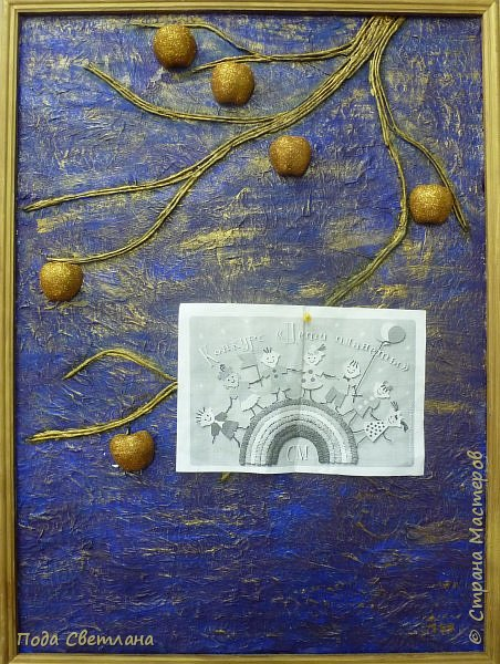 """""""Жар-птица в волшебном саду""""-творческий проект с использованием бросового материала.Одна из любимых сказок Алексея Толстого  про  жар птицу. Сколько изданий и сколько образов создают художники сказочной птицы....Наша птица горит, как жар так переливаются фантики из которых она сделана... И каким цветом должна быть волшебная птица??? Посмотрите, как горят все цвета радуги...Может наша жар птица ещё и Радуга...если внимательно присмотреться к её крыльям...взмахнёт и ...полетит раскрашивать , украшать мир сказки и фантазии...  фото 8"""