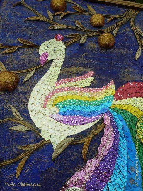 """""""Жар-птица в волшебном саду""""-творческий проект с использованием бросового материала.Одна из любимых сказок Алексея Толстого  про  жар птицу. Сколько изданий и сколько образов создают художники сказочной птицы....Наша птица горит, как жар так переливаются фантики из которых она сделана... И каким цветом должна быть волшебная птица??? Посмотрите, как горят все цвета радуги...Может наша жар птица ещё и Радуга...если внимательно присмотреться к её крыльям...взмахнёт и ...полетит раскрашивать , украшать мир сказки и фантазии...  фото 16"""