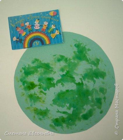 """Здравствуйте мастера и мастерицы! Представляем вам коллективную работу воспитанников объединения """"Завиток"""". Назвали мы ее """"Наш дом - Цветущая планета"""". На нашей планете цветут тюльпаны и порхают бабочки. фото 2"""
