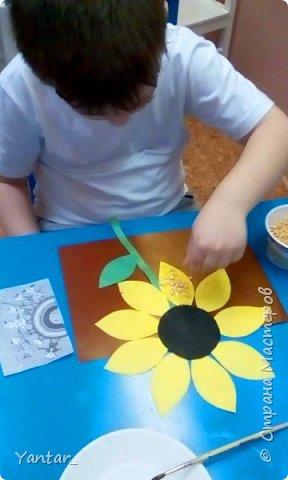 Воспитанники старшей группы выполнили поделку в виде весёлой цветочной клумбы. фото 4