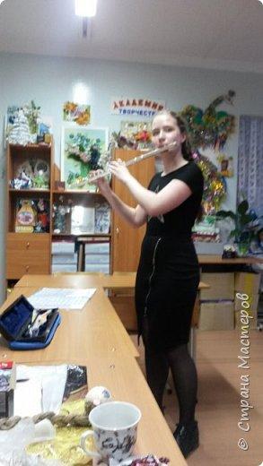 """Настя  занимается в музыкальной школе с 4 лет. Учится играть на флейте и фортепиано. Ходит  в бассейн, а в """"Центре детского творчества"""" посещает два объединения """" Академию творчества"""" и """"Кружевница"""". Для конкурса решила сделать куклу Настёну, которая занимается кружевоплетением.  Это один из самых изысканных видов прикладного искусства. Считается, что техника плетения на коклюшках была изобретена  в Италии аж в 15 веке, а позднее распространилась по всей Европе. На Руси плетение было известно в глубоком средневековье. Слово """"кружево"""" впервые появилось в летописи 13 века. Изначально в русском быту под этим словом понимали разные отделки, с помощью которых """"кружили"""",т.е. украшали край одежды или какие-либо вещи из ткани. Это могли быть вышивка,тесьма ... Плетение на коклюшках - это сплетённые ажурные изделия, которые не имеют тканой основы. фото 8"""