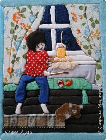 Не уверена, хорошо ли угадывается сюжет нашей работы, поэтому лучше уточню: мальчик  в преддверии праздника Пасхи красит яйца, рядом  на подоконнике кулич со свечой, у ног мирно спит котенок-любимец. В левой руке у нашего мальчика расписанное уже яйцо, а в правой кисточка. Правда, нет на картине баночек с красками... Наверное,  мама их уже унесла, чтобы художник с котёнком не перевернули, как периодически это происходит)) фото 1