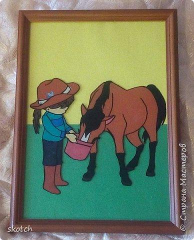 Добрый день! Представляю ещё одну конкурсную работу моей дочки Киры. Пластилинография увлекательный процесс )) Выполнив одну работу в этой технике, ей захотелось сделать ещё одну. Кире очень нравятся лошади. Иногда мы с ней ходим на конюшню, где работает моя знакомая. Кире разрешают покормить и почистить спокойную лошадку. Ну и немного покататься верхом тоже перепадает )) фото 1