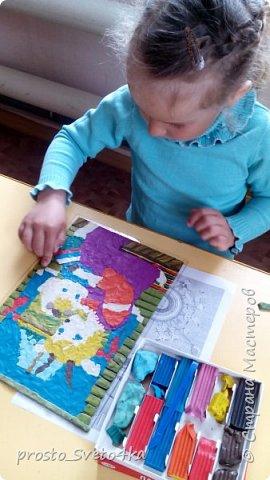 Здравствуйте, уважаемые мастера и мастерицы! Представляю вам работу моей ученица Щепетновой Ольги в технике пластилинового витража. Оля очень любит слушать сказки, с удовольствием рисует и лепит сюжеты из них.  Сюжет для работы выбрали совместно  из детской раскраски.  фото 5