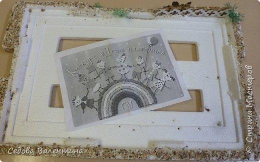 """Творческий проект """"Мой прекрасный сад"""", выполнен Демченко Алёной, ученицей 2 класса. Это макет, где используются бросовые материалы и декоративные растения, камни, песок, деревянные палочки...Нам хотелось создать маленький уютный садик, в центре макета стоит деревянный домик, есть небольшой пруд, альпийская горка, можно босиком ходит по траве и дорожке посыпанной мелким песком. Под елью стоит деревянная скамейка,на которой можно отдохнуть в жару.По саду ходят курочки и петушок утром рано сообщает о начале нового дня своим громким кукареканьем... фото 2"""