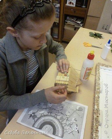 """Творческий проект """"Мой прекрасный сад"""", выполнен Демченко Алёной, ученицей 2 класса. Это макет, где используются бросовые материалы и декоративные растения, камни, песок, деревянные палочки...Нам хотелось создать маленький уютный садик, в центре макета стоит деревянный домик, есть небольшой пруд, альпийская горка, можно босиком ходит по траве и дорожке посыпанной мелким песком. Под елью стоит деревянная скамейка,на которой можно отдохнуть в жару.По саду ходят курочки и петушок утром рано сообщает о начале нового дня своим громким кукареканьем... фото 5"""