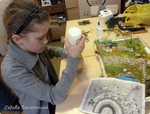"""Творческий проект """"Мой прекрасный сад"""", выполнен Демченко Алёной, ученицей 2 класса. Это макет, где используются бросовые материалы и декоративные растения, камни, песок, деревянные палочки...Нам хотелось создать маленький уютный садик, в центре макета стоит деревянный домик, есть небольшой пруд, альпийская горка, можно босиком ходит по траве и дорожке посыпанной мелким песком. Под елью стоит деревянная скамейка,на которой можно отдохнуть в жару.По саду ходят курочки и петушок утром рано сообщает о начале нового дня своим громким кукареканьем... фото 6"""
