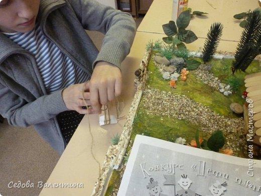 """Творческий проект """"Мой прекрасный сад"""", выполнен Демченко Алёной, ученицей 2 класса. Это макет, где используются бросовые материалы и декоративные растения, камни, песок, деревянные палочки...Нам хотелось создать маленький уютный садик, в центре макета стоит деревянный домик, есть небольшой пруд, альпийская горка, можно босиком ходит по траве и дорожке посыпанной мелким песком. Под елью стоит деревянная скамейка,на которой можно отдохнуть в жару.По саду ходят курочки и петушок утром рано сообщает о начале нового дня своим громким кукареканьем... фото 10"""