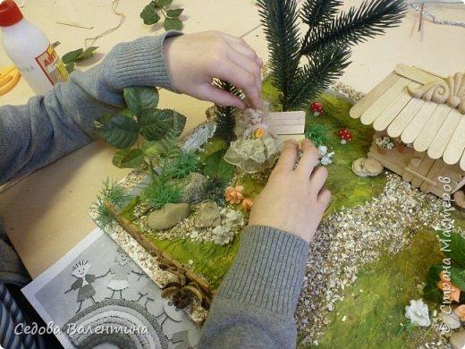 """Творческий проект """"Мой прекрасный сад"""", выполнен Демченко Алёной, ученицей 2 класса. Это макет, где используются бросовые материалы и декоративные растения, камни, песок, деревянные палочки...Нам хотелось создать маленький уютный садик, в центре макета стоит деревянный домик, есть небольшой пруд, альпийская горка, можно босиком ходит по траве и дорожке посыпанной мелким песком. Под елью стоит деревянная скамейка,на которой можно отдохнуть в жару.По саду ходят курочки и петушок утром рано сообщает о начале нового дня своим громким кукареканьем... фото 11"""