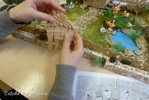 """Творческий проект """"Мой прекрасный сад"""", выполнен Демченко Алёной, ученицей 2 класса. Это макет, где используются бросовые материалы и декоративные растения, камни, песок, деревянные палочки...Нам хотелось создать маленький уютный садик, в центре макета стоит деревянный домик, есть небольшой пруд, альпийская горка, можно босиком ходит по траве и дорожке посыпанной мелким песком. Под елью стоит деревянная скамейка,на которой можно отдохнуть в жару.По саду ходят курочки и петушок утром рано сообщает о начале нового дня своим громким кукареканьем... фото 13"""
