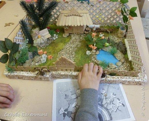 """Творческий проект """"Мой прекрасный сад"""", выполнен Демченко Алёной, ученицей 2 класса. Это макет, где используются бросовые материалы и декоративные растения, камни, песок, деревянные палочки...Нам хотелось создать маленький уютный садик, в центре макета стоит деревянный домик, есть небольшой пруд, альпийская горка, можно босиком ходит по траве и дорожке посыпанной мелким песком. Под елью стоит деревянная скамейка,на которой можно отдохнуть в жару.По саду ходят курочки и петушок утром рано сообщает о начале нового дня своим громким кукареканьем... фото 14"""