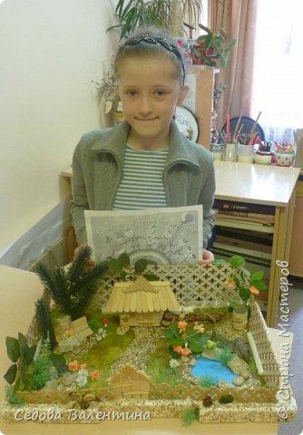 """Творческий проект """"Мой прекрасный сад"""", выполнен Демченко Алёной, ученицей 2 класса. Это макет, где используются бросовые материалы и декоративные растения, камни, песок, деревянные палочки...Нам хотелось создать маленький уютный садик, в центре макета стоит деревянный домик, есть небольшой пруд, альпийская горка, можно босиком ходит по траве и дорожке посыпанной мелким песком. Под елью стоит деревянная скамейка,на которой можно отдохнуть в жару.По саду ходят курочки и петушок утром рано сообщает о начале нового дня своим громким кукареканьем... фото 15"""
