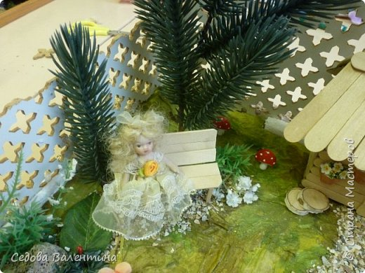"""Творческий проект """"Мой прекрасный сад"""", выполнен Демченко Алёной, ученицей 2 класса. Это макет, где используются бросовые материалы и декоративные растения, камни, песок, деревянные палочки...Нам хотелось создать маленький уютный садик, в центре макета стоит деревянный домик, есть небольшой пруд, альпийская горка, можно босиком ходит по траве и дорожке посыпанной мелким песком. Под елью стоит деревянная скамейка,на которой можно отдохнуть в жару.По саду ходят курочки и петушок утром рано сообщает о начале нового дня своим громким кукареканьем... фото 17"""