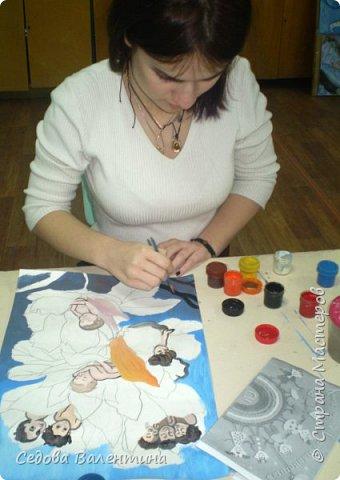 """Работа """"Дети - цветы жизни"""" выполнена Шараповой Надей на формате А 3 гуашью. Недавно Надя принимала участие в конкурсе детского рисунка """" Царство цветов"""", где она заняла первое место и это вдохновило её на создание этой работы. В сказке Ганса Христиана Андерсена """"Дюймовочка"""" в цветах живут эльфы.  Когда смотришь на маленьких детей, то кажется, что они и есть эти эльфы из сказочных цветов. фото 4"""