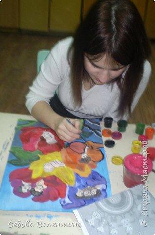 """Работа """"Дети - цветы жизни"""" выполнена Шараповой Надей на формате А 3 гуашью. Недавно Надя принимала участие в конкурсе детского рисунка """" Царство цветов"""", где она заняла первое место и это вдохновило её на создание этой работы. В сказке Ганса Христиана Андерсена """"Дюймовочка"""" в цветах живут эльфы.  Когда смотришь на маленьких детей, то кажется, что они и есть эти эльфы из сказочных цветов. фото 6"""