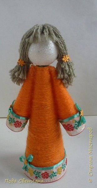 """Творческий проект """"Радужный хоровод"""" задумывался на основе считалки """"Каждый охотник желает знать, где сидит фазан...""""  Кукол сделали  обережными  без лица. Считалось, что ребёнок сам нарисует образ своей куколки. Сколько красавиц у нас получилось... фото 12"""