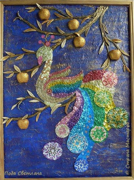 """""""Жар-птица в волшебном саду""""-творческий проект с использованием бросового материала.Одна из любимых сказок Алексея Толстого  про  жар птицу. Сколько изданий и сколько образов создают художники сказочной птицы....Наша птица горит, как жар так переливаются фантики из которых она сделана... И каким цветом должна быть волшебная птица??? Посмотрите, как горят все цвета радуги...Может наша жар птица ещё и Радуга...если внимательно присмотреться к её крыльям...взмахнёт и ...полетит раскрашивать , украшать мир сказки и фантазии...  фото 1"""
