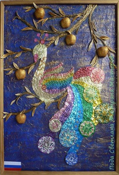 """""""Жар-птица в волшебном саду""""-творческий проект с использованием бросового материала.Одна из любимых сказок Алексея Толстого  про  жар птицу. Сколько изданий и сколько образов создают художники сказочной птицы....Наша птица горит, как жар так переливаются фантики из которых она сделана... И каким цветом должна быть волшебная птица??? Посмотрите, как горят все цвета радуги...Может наша жар птица ещё и Радуга...если внимательно присмотреться к её крыльям...взмахнёт и ...полетит раскрашивать , украшать мир сказки и фантазии...  фото 18"""