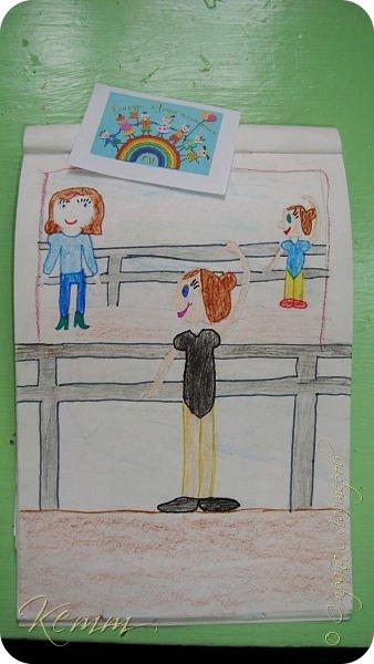 Полина нарисовала самое любимое занятие после рисования - это танцы. Она занимается танцами с шести лет. На рисунке она перед зеркалом у станка. А в зеркале отражается любимый учитель  и подруга. фото 2