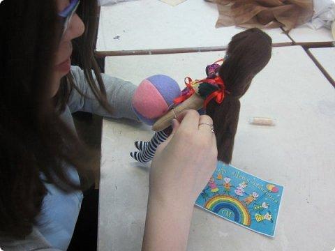 Текстильная кукла с игрушкой мячом. Выполнена в технике мягкой игрушки с применением росписи лица акриловыми красками. Мой веселый, звонкий мяч,  Ты куда помчался вскачь?  Желтый, Красный, Голубой, Не угнаться за тобой!  Такие стихи С. Я Маршака вдохновили на изготовление этой текстильной куколки! фото 19