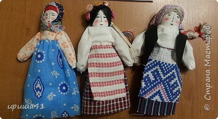 Мне очень хочется, чтобы все народы в мире жили в согласии и в мире. чтобы все дружили друг с другом. Конечно, все народы очень разные. Но ведь не может нам помешать то, что мы живем в разных странах. Мне очень хочется, чтобы славянские народы жили на земле одной семьей. И я решила сделать трех кукол-славяночек - русскую, украинку и белоруску.  фото 1