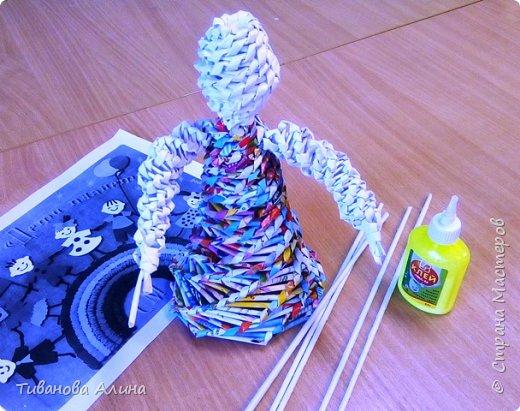Мне нравится плести из бумажных трубочек.  Девочку в ситцевом сарафанчике с куклой в руках я решила сделать в технике косого плетения. фото 3