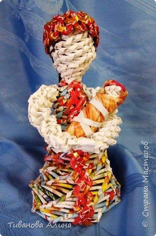 Мне нравится плести из бумажных трубочек.  Девочку в ситцевом сарафанчике с куклой в руках я решила сделать в технике косого плетения. фото 1