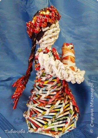 Мне нравится плести из бумажных трубочек.  Девочку в ситцевом сарафанчике с куклой в руках я решила сделать в технике косого плетения. фото 6