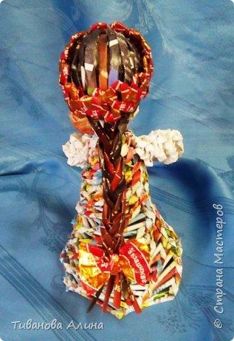 Мне нравится плести из бумажных трубочек.  Девочку в ситцевом сарафанчике с куклой в руках я решила сделать в технике косого плетения. фото 7