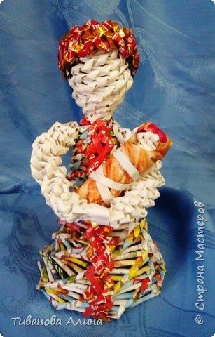 Мне нравится плести из бумажных трубочек.  Девочку в ситцевом сарафанчике с куклой в руках я решила сделать в технике косого плетения. фото 5