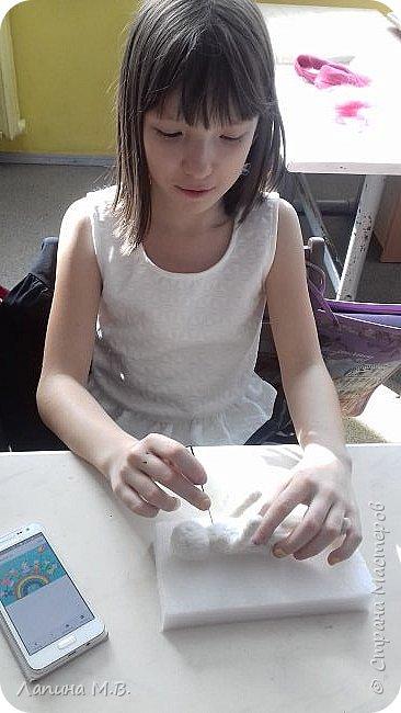 """Работа называется """"Девочка в удмуртском костюме"""". Традиционными ремеслами у женщин удмурток были ткачество и вышивка.Каждая девочка непременно должна была овладеть ими.Особое значение придавалось удмуртскому костюму. Ткань - с рисунком в клетку или полоску. Основные цвета костюма, это сочетания красного,синего,белого,черного,коричневого.Фартук -выполнялся из отдельного куска ткани,украшался простой геометрической вышивкой.Головной убор состоит из головного полотенца- чалмы,налобной повязки. фото 3"""