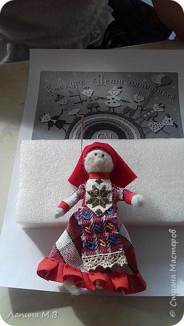 """Работа называется """"Девочка в удмуртском костюме"""". Традиционными ремеслами у женщин удмурток были ткачество и вышивка.Каждая девочка непременно должна была овладеть ими.Особое значение придавалось удмуртскому костюму. Ткань - с рисунком в клетку или полоску. Основные цвета костюма, это сочетания красного,синего,белого,черного,коричневого.Фартук -выполнялся из отдельного куска ткани,украшался простой геометрической вышивкой.Головной убор состоит из головного полотенца- чалмы,налобной повязки. фото 6"""