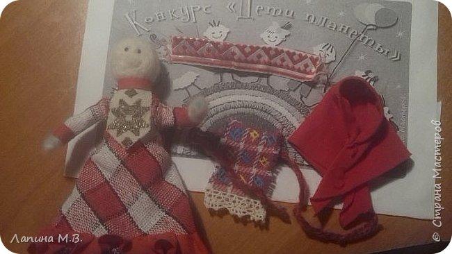 """Работа называется """"Девочка в удмуртском костюме"""". Традиционными ремеслами у женщин удмурток были ткачество и вышивка.Каждая девочка непременно должна была овладеть ими.Особое значение придавалось удмуртскому костюму. Ткань - с рисунком в клетку или полоску. Основные цвета костюма, это сочетания красного,синего,белого,черного,коричневого.Фартук -выполнялся из отдельного куска ткани,украшался простой геометрической вышивкой.Головной убор состоит из головного полотенца- чалмы,налобной повязки. фото 4"""