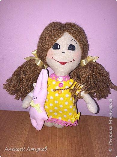Маленькая Варя с своей мягкой игрушкой Крош фото 1
