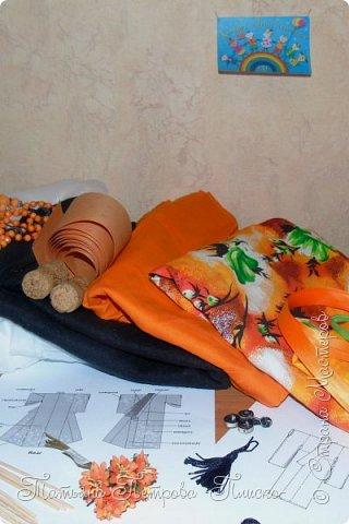Всем привет! Запрыгивая в последний вагон уходящего поезда, представляю Вам свою конкурсную работу - девочку в японском национальном костюме. Кимоно напоминает собой Т-образный халат. Его длина может варьироваться. Одежда закрепляется на теле поясом оби, который расположен на талии. Вместо европейских пуговиц используют ремешки и бечёвки. Характерной чертой кимоно являются рукава содэ, которые обычно намного шире толщины руки. Они имеют мешкообразную форму. фото 2