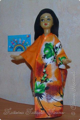 Всем привет! Запрыгивая в последний вагон уходящего поезда, представляю Вам свою конкурсную работу - девочку в японском национальном костюме. Кимоно напоминает собой Т-образный халат. Его длина может варьироваться. Одежда закрепляется на теле поясом оби, который расположен на талии. Вместо европейских пуговиц используют ремешки и бечёвки. Характерной чертой кимоно являются рукава содэ, которые обычно намного шире толщины руки. Они имеют мешкообразную форму. фото 7