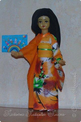 Всем привет! Запрыгивая в последний вагон уходящего поезда, представляю Вам свою конкурсную работу - девочку в японском национальном костюме. Кимоно напоминает собой Т-образный халат. Его длина может варьироваться. Одежда закрепляется на теле поясом оби, который расположен на талии. Вместо европейских пуговиц используют ремешки и бечёвки. Характерной чертой кимоно являются рукава содэ, которые обычно намного шире толщины руки. Они имеют мешкообразную форму. фото 8